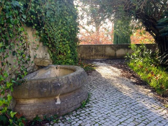 Ein Garten ähnlich einer Terrasse hinter dem Wassermuseum (Museu da Água) im Straßenbezirk Largo do Rato in Lissabon.