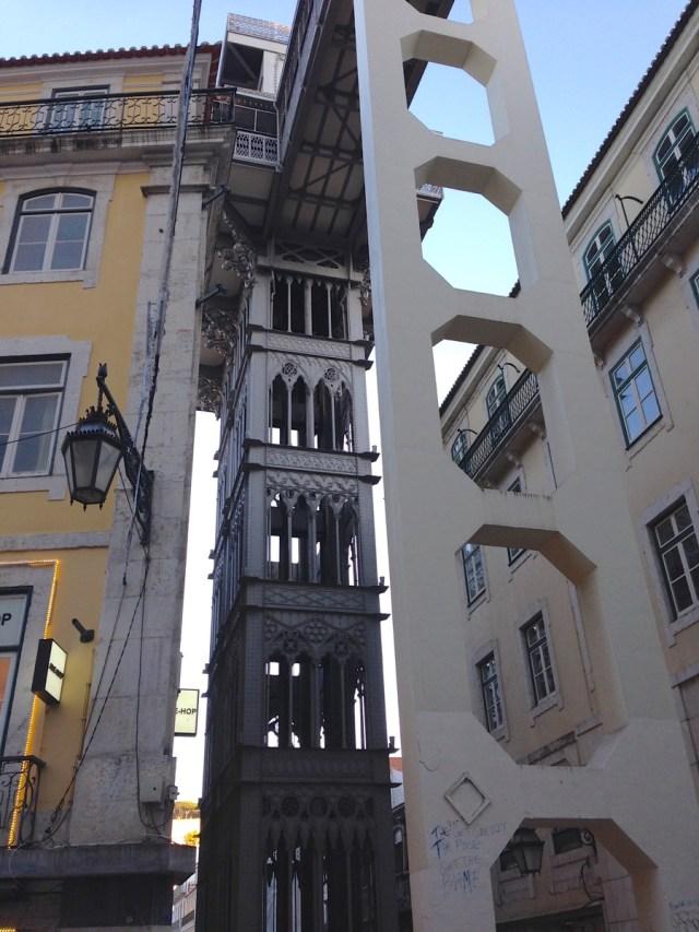 Eine Schönheit in Stahl und eine Exotin zugleich: 'Elevador de Santa Justa' in Lissabons Geschäftsviertel Baixa.