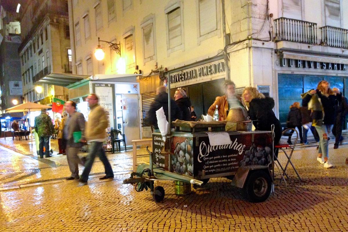 Eine Maroni-Verkäuferin in der Rua Augusta in Lissabons Geschäftsviertel Baixa.