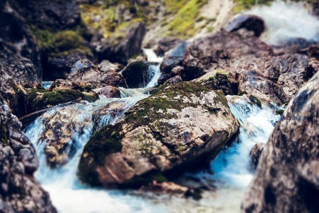 Man könnte meinen die Wasserenergie eines Bachlaufes zu sehen...  (Bild von Thilo Becker auf Pixabay)