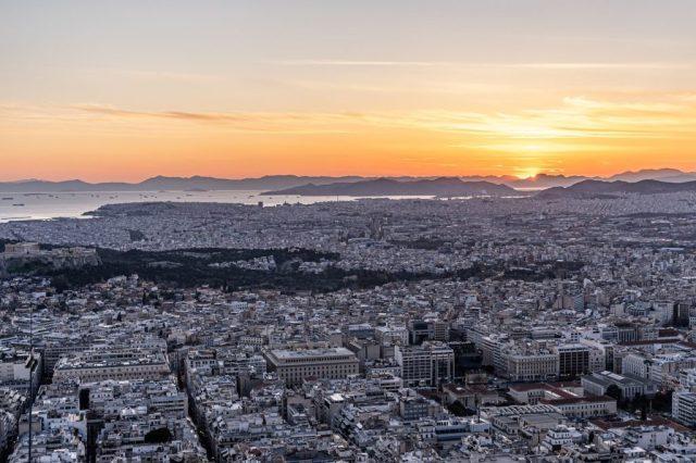 Athen im Abendrot - am Horizont die Attische Küste (Image by Dominick Vietor from Pixabay).