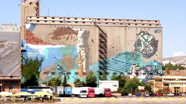 Street Art im Hafen von Piräus: Ein Mural, das die geflügelte, griechische Siegesgöttin Nike von Samothrake zeigt (Hafen von Piräus, Athen, Griechenland).