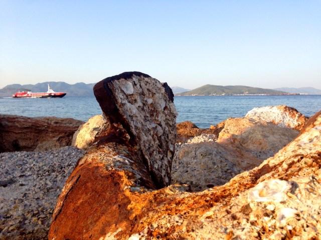Ein rostiger Anker markiert den Eingang zum Hafen von Ägina, der Hauptstadt der griechischen Insel Ägina (Griechenland, 22.09.2020)