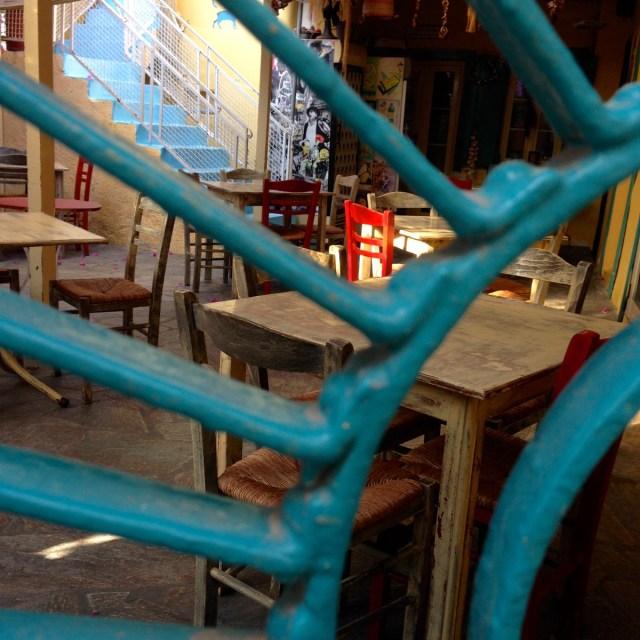 Was war zuerst im Fokus meines Auges? Der zinnoberrote Stuhl oder das petrolblaue Eisentor? Völlig egal! Beides kommt aufs Foto.