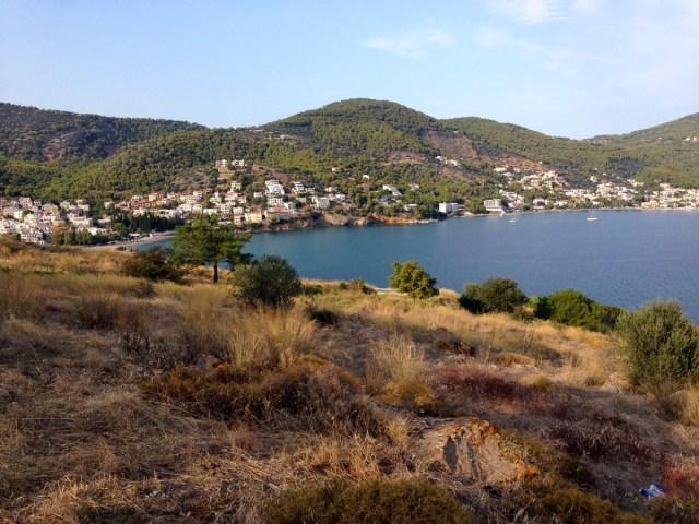 Eine abendliche Wanderung auf dem Stadthügel der Insel Poros.