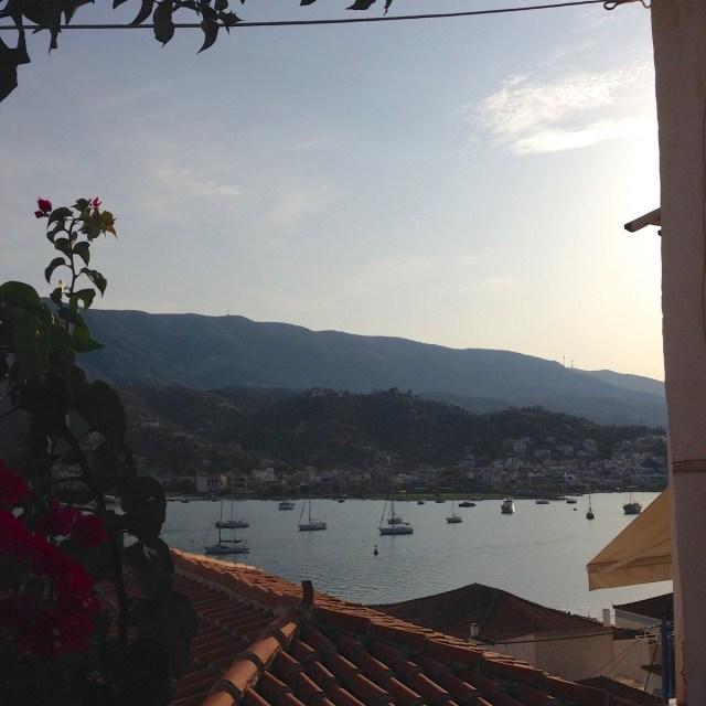 Ein Blick von der Insel Poros auf die peloponnesische Küste.