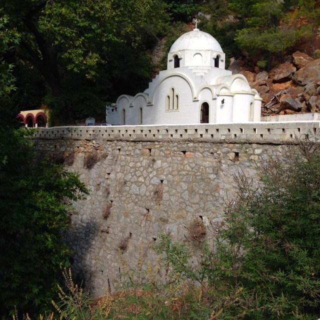Noch vor dem Eingang zum Kloster Zoodochos Pigi steht die kleine Kirche Sankt Anargiri (Poros, Griechenland, September 2020).