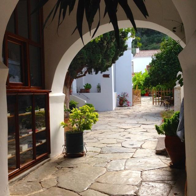 Im Kloster Zoodochos Pigi auf der Insel Poros (Poros, Griechenland, September 2020).