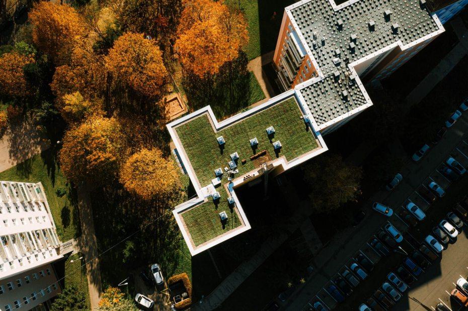 zelena-strecha-na-panelovem-dome1