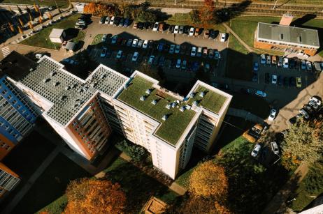 zelena-strecha-na-panelovem-dome17