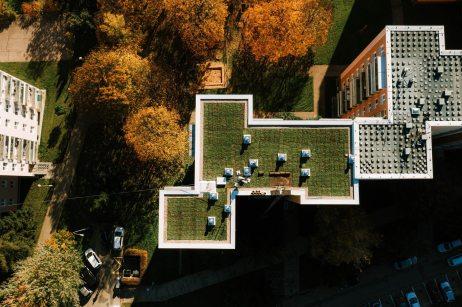 zelena-strecha-na-panelovem-dome2