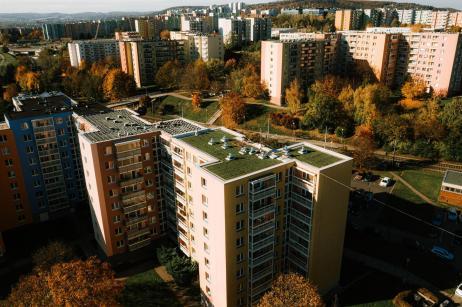 zelena-strecha-na-panelovem-dome8