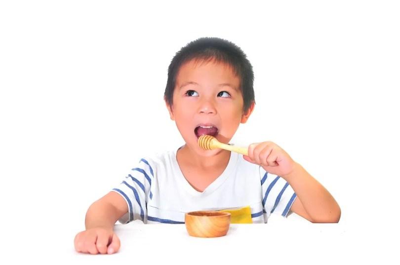 enfant au petit dejeuner