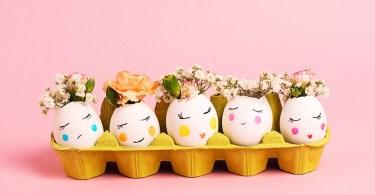Œufs de Pâques avec fleurs