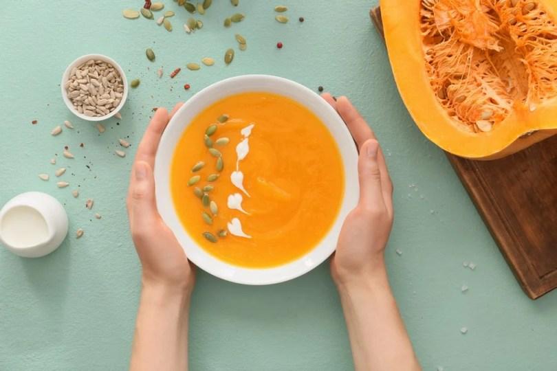 Détox automnale : manger des assiettes de légumes colorées