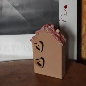 Ξύλινο διακοσμητικό σπίτι με καρδιές