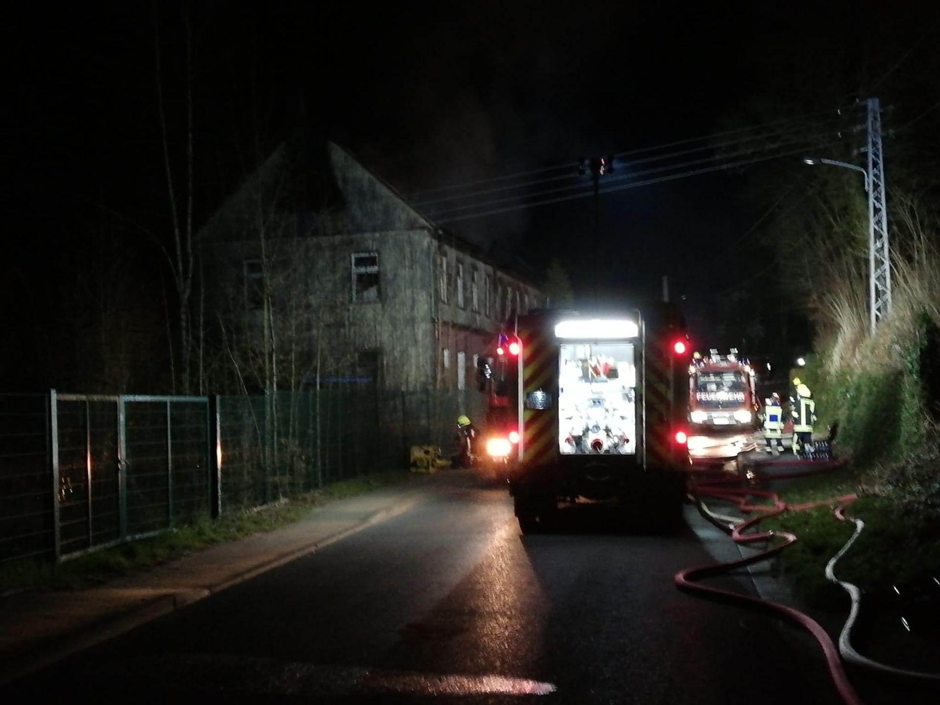 Zur Bandbekämpfung im Papiermühlenweg wurden am Ostersonntag, um 00.16 Uhr, die Greizer sowie die Ortsteilfeuerwehren, darunter auch unsere Obergrochlitzer, alarmiert.