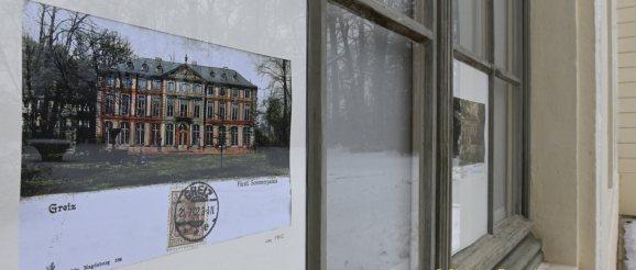 Historische Postkarten im Großformat an Fenstern des Sommerpalais