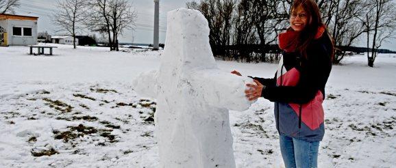 Junge Gemeinde hat zum Bau von Schneeskulpturenbau aufgerufen.