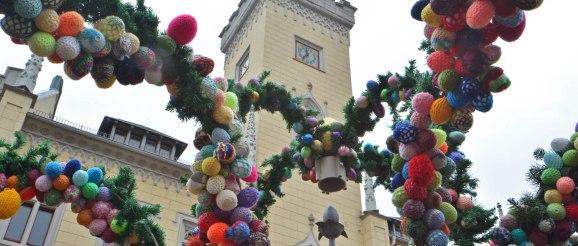 Selbsthilfegruppen-Frauen gestalten Osterbrunnen auf Greizer Markt
