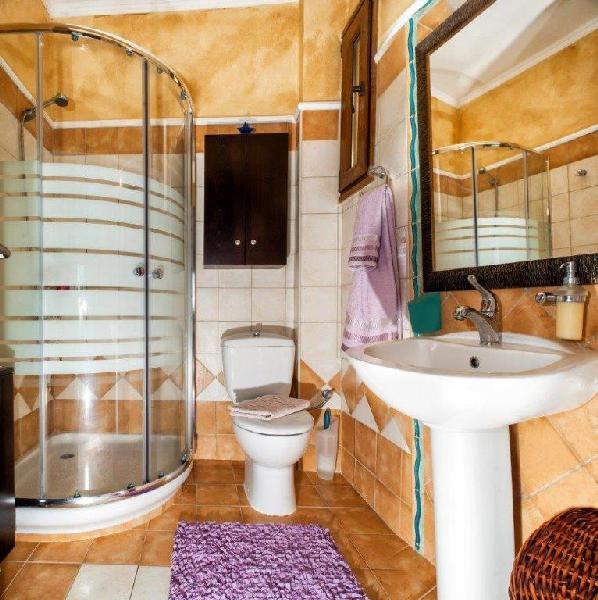 traditional_house_bathroom_greece_thumb