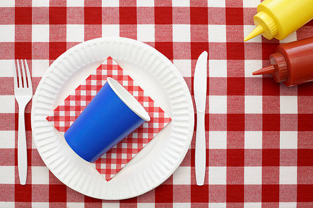 Prohibida la venda de gots, plats i altres estris no reutilitzables fets de material plàstic