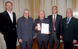 Viele Gratulanten waren zur Ehrung von Emmerich Habinger angereist (v.l.): Bundesjugendreferent-Stv. Gerhard Forman, Wegbegleiter und NÖBV-Kassier Karl Lechner, Ehrenkpm. Emmerich Habinger, Bundesschriftführer Friedrich Anzenberger und Bezirksobmann August Prüller.