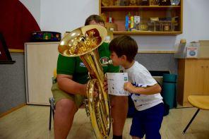 Andi hilft beim Ausprobieren seines Tenorhorns.
