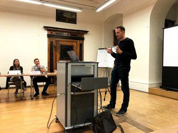 Lehrgangsleiter Roman Gruber erklärt organisatorische Punkte des Lehrgangs.