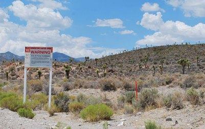 """Ein Schild an einer Zufahrt zum als """"Area 51"""" oder """"Dreamland"""" bezeichneten militärischen Sperrgebiet von Groom Lake warnt vor dem unerlaubten Eindringen auf das Gelände. Copyright: Geckow / Gemeinfrei"""