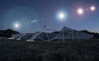 Künstlerische Darstellung unterschiedlicher Radioblitze über der kanadischen CHIME-Teleskopanlage (Illu.) Copyright: GreWi.de (mit Bildmaterial der CHIME Collaboration)