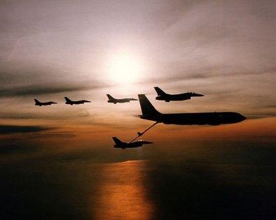 Archivbild: Betankungsmanöver mit fünf F-16 Kampfjets und einem KC-135 Stratotanker der US Air Force. Copyright: defenseimagery.mil (Gemeinfrei)