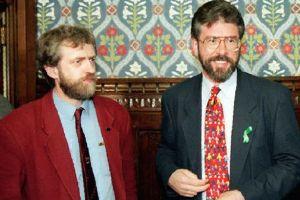 Jeremy Corbyn, à gauche, accueille Gerry Admas, leader du Sinn Fein.