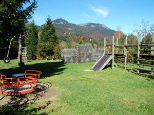 Schöner Spielplatz im Wildpark Wildbichl mit Karussell, Klettergerüst, Wippen, Rutschen, Schaukeln, Kinder-Seilbahn, Kletterwand