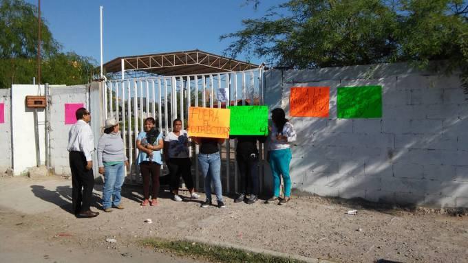 Exigencias. Madres inconformes se plantan en la primaria Gregorio Torres y piden entre otras cosas la salida del director. (El Siglo de Torreón)