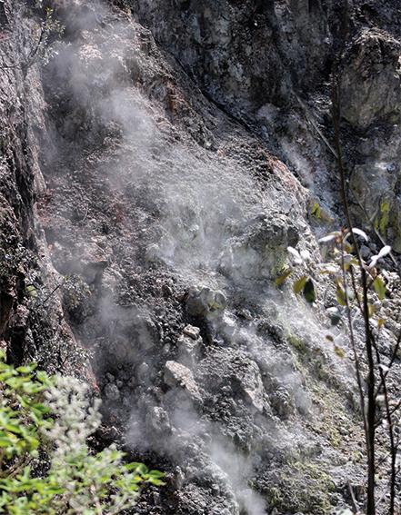 erreno volcánico en liberación de azufre, ubicado al pie del pozo PR-2 en dirección norte de la zona de la CFE.
