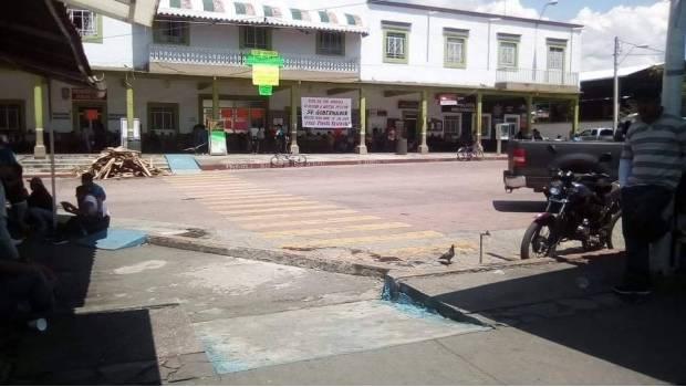 Toman palacio municipal por desaparición de 3 jóvenes en Michoacán
