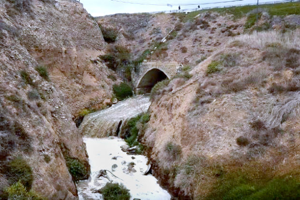 Sin control aguas negras al mar y desechos al río Alamar (Baja California)