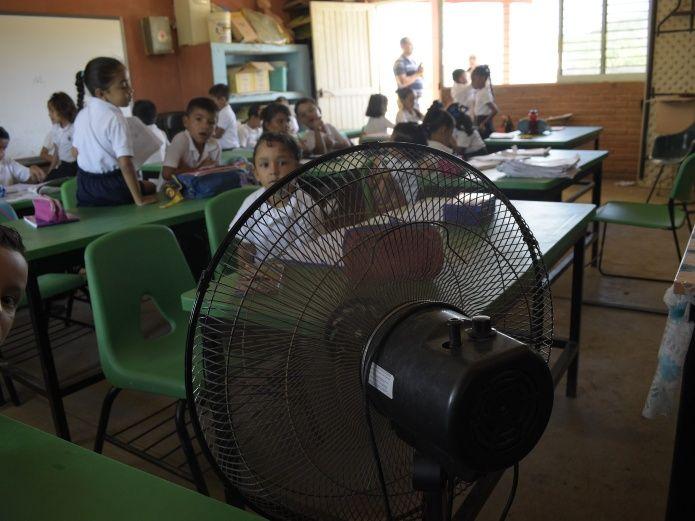 Castiga duro el calor a los alumnos en Las Higueras (Sinaloa)