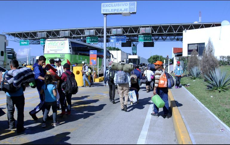 Migrantes recorren la autopista Guadalajara – Tepic pidiendo 'aventón' (Jalisco-Nayarit)