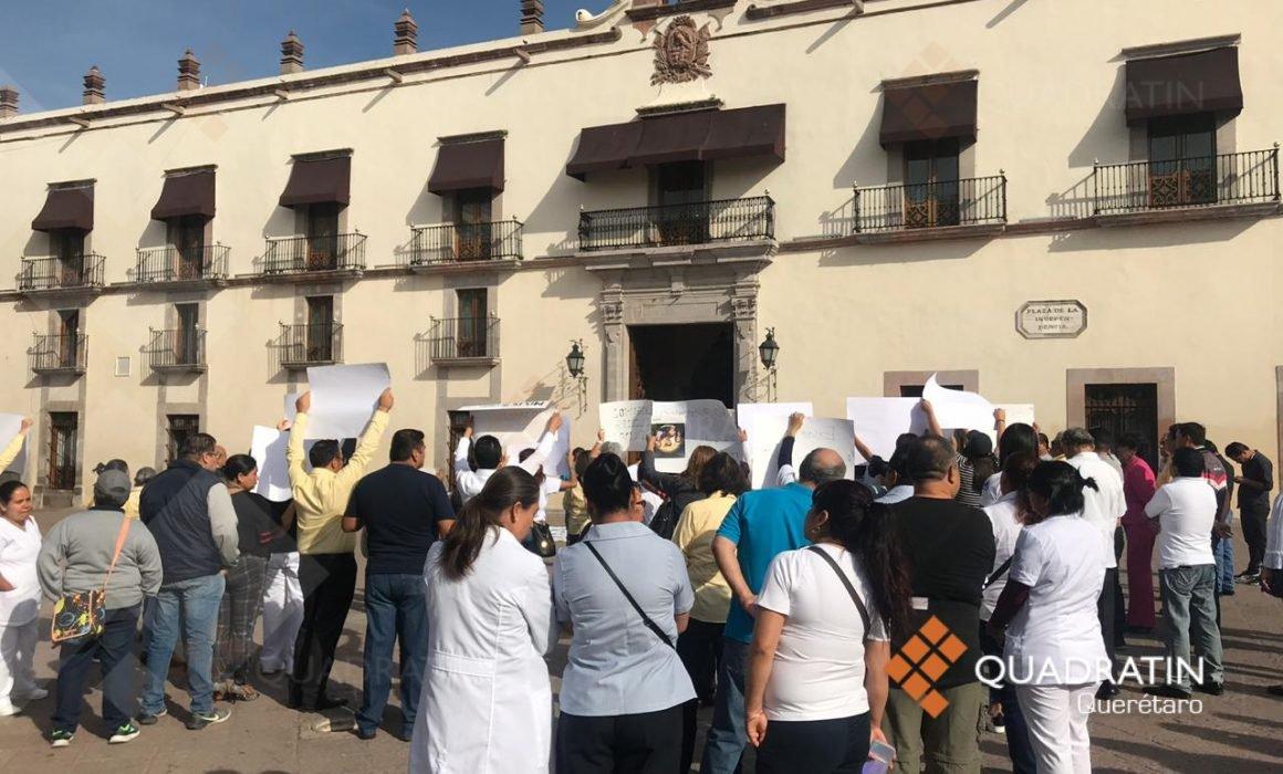 Protestan trabajadores del sindicato de Salud en Queretaró, exigen destitución del secretario