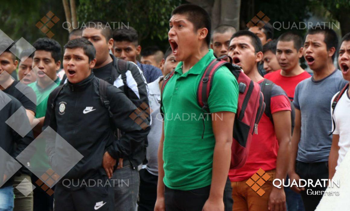 Con antigrito reprochan padres liberación de 24 por caso Ayotzinapa (Guerrero)