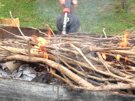Allumage du barbecue au chalumeau