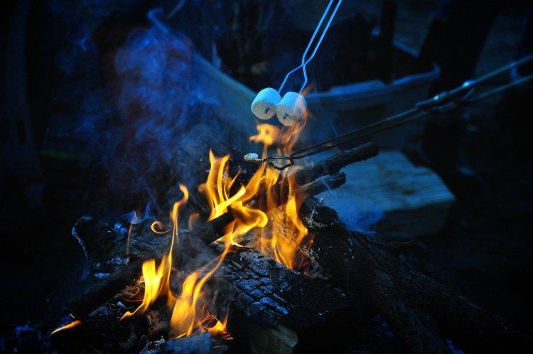 Marshmallows beim Camping grillen