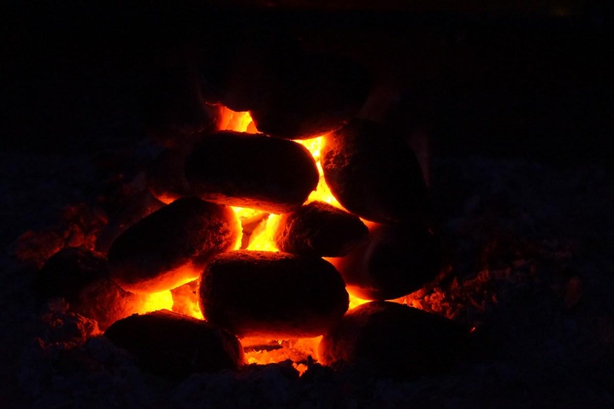 grillbriketts am glühen