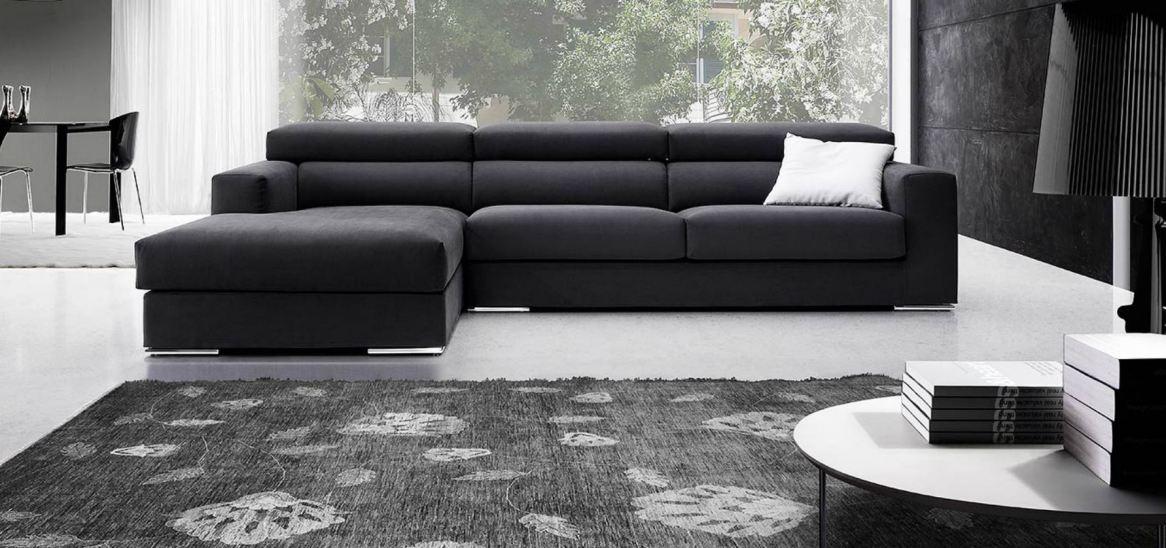 Il divano con penisola dà dinamismo alla composizione e si inserisce perfettamente negli spazi più ampi.
