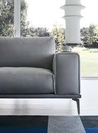 Braccioli Larghi e comodi sia per appoggiarsi, sia per appoggiare. Piedini sottili che slanciano e allo stesso tempo decorano. Il divano è bello e confortevole sotto tutti i punti di vista.