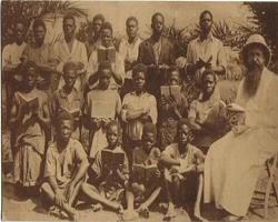 Congo Belge, groupe d'écoliers et missionnaire (carte postale, début du XXième siècle)