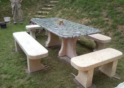 Kameni stolovi, klupe i postolja