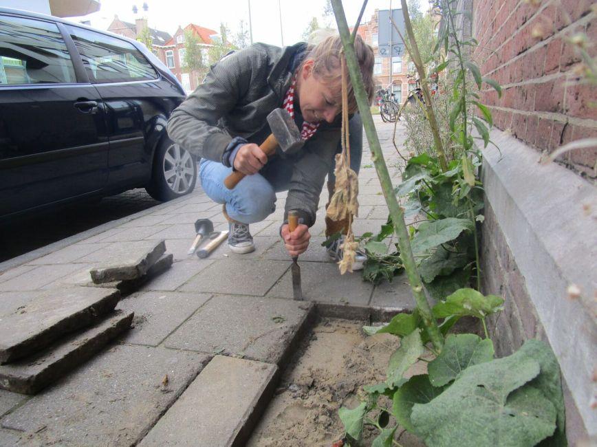 Tegels verwijderen, foto van Duurzaam Den Haag